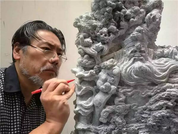 刘安文正在雕刻