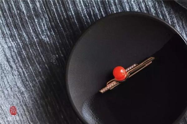 南红樱桃红镶黄18K金领带夹