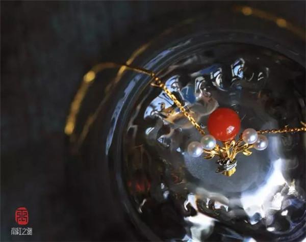 宝玉石级南红樱桃红镶黄18K金圆珠胸坠