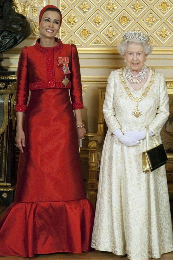 右边英国女王伊丽莎白佩戴着达格玛项链
