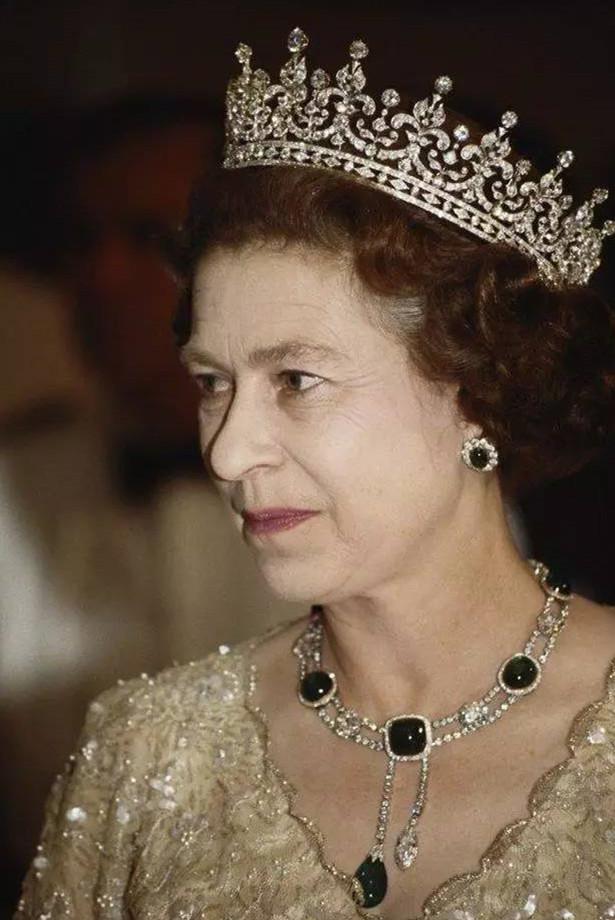 伊丽莎白女王佩戴着德里王宫项链