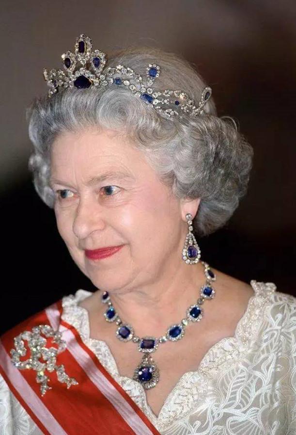 伊丽莎白女王佩戴着维多利亚套装