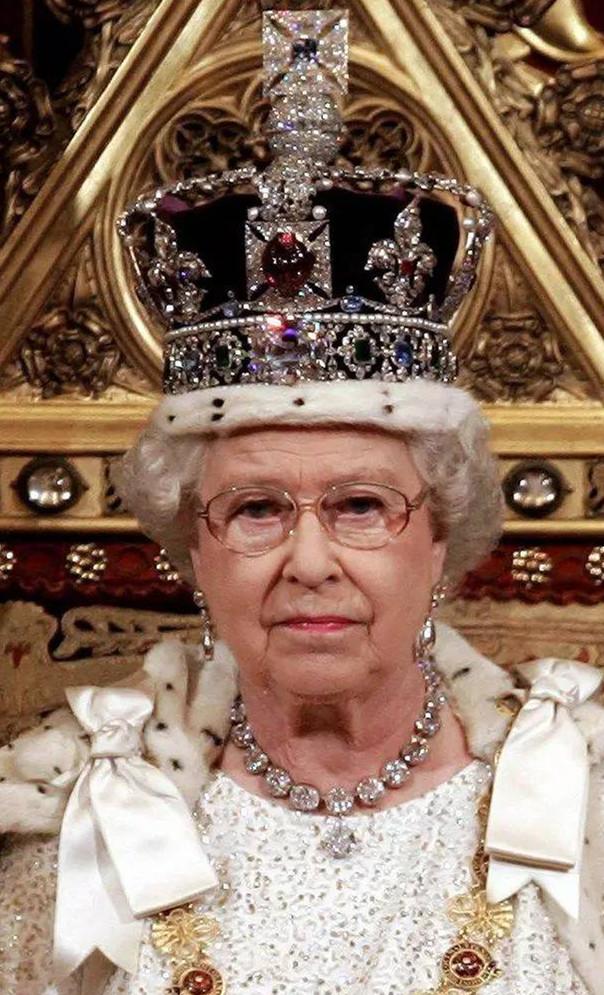 伊丽莎白女王佩戴着加冕项链