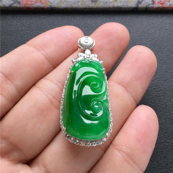 冰种阳绿镶白金钻石如意胸坠