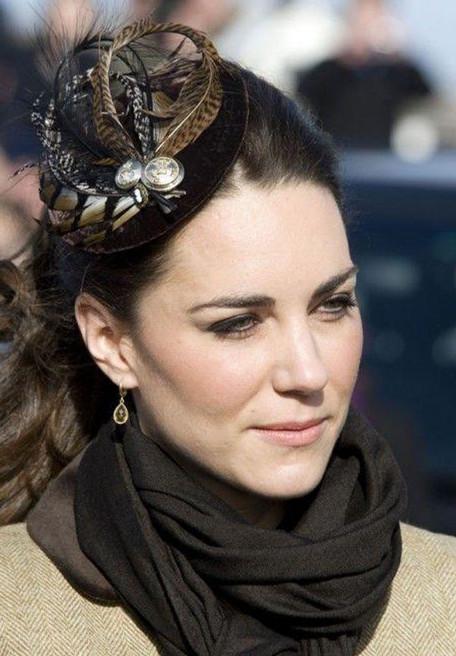 英国凯特王妃佩戴的羽毛头饰