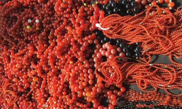 南红市场上的珠串