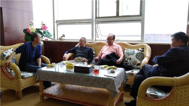 珠宝专家肖永福、贞昆、杨正纯正与杨牧仁交谈