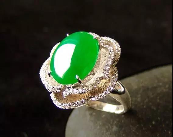 应该怎么保养玻璃种帝王绿翡翠饰品